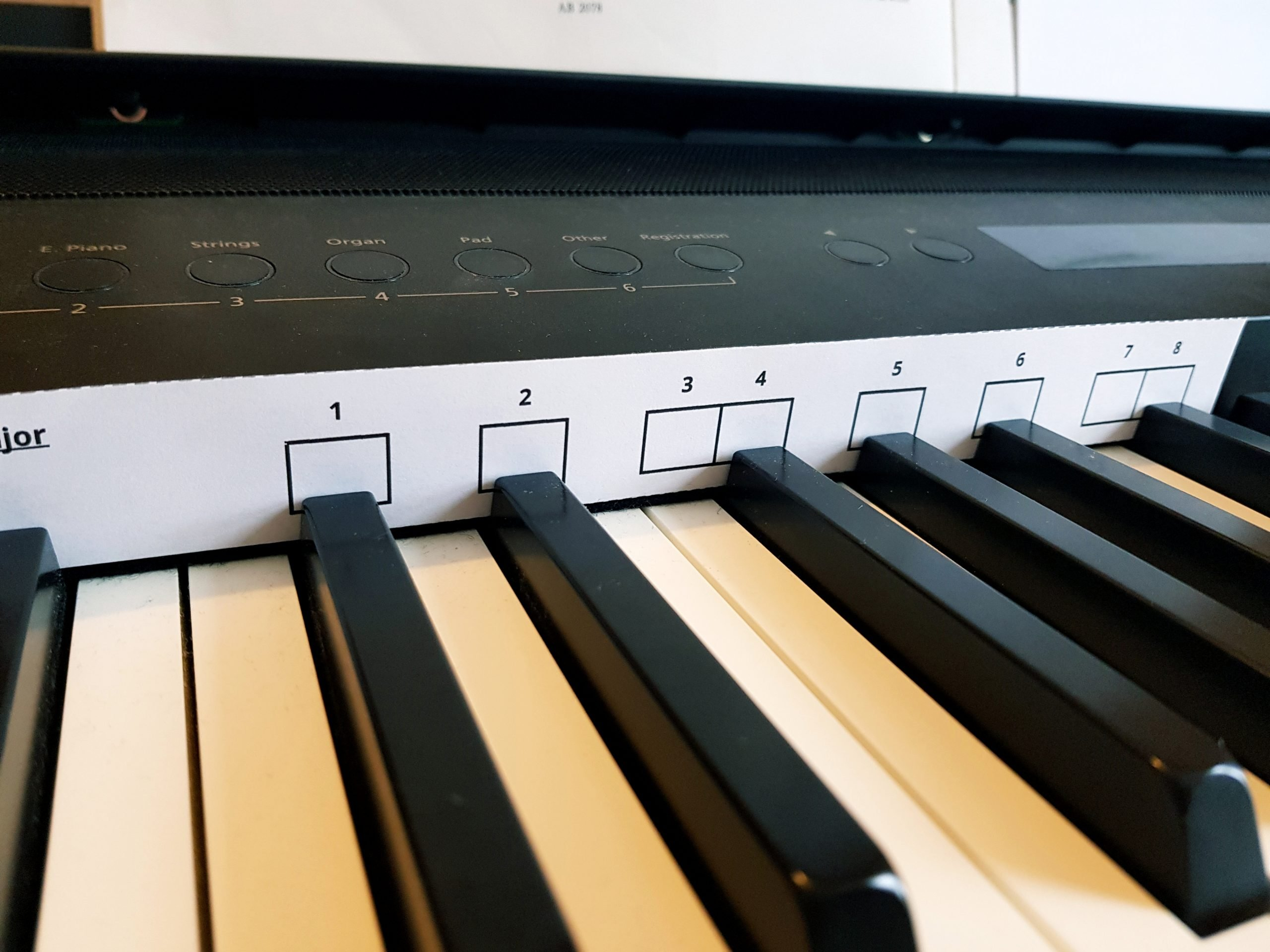Image of a piano keyboard with a major scale slider positioned behind the keys.